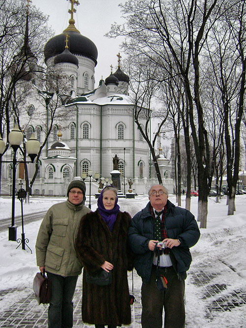 Roman Lunkin, Xenia Dennen & Sergei Filatov in front of the Annunciation Cathedral in Voronezh in January 2011